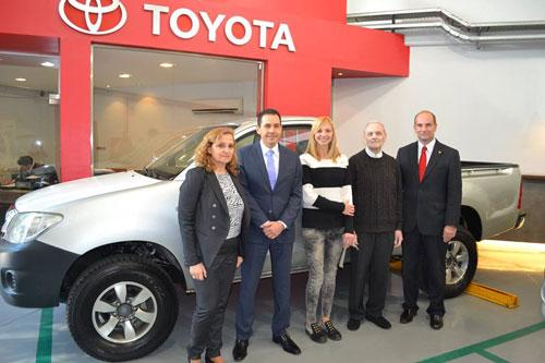 Toyota donó una camioneta Hilux